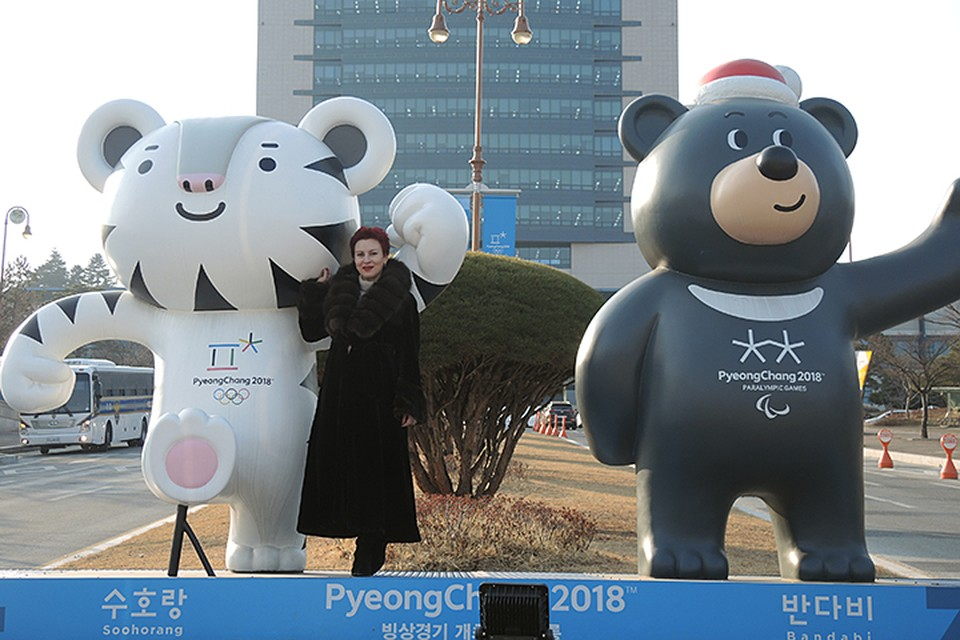 Дарья Асламова в компании символов Олимпиады - тигренка Сурохан и медведя Пандаби