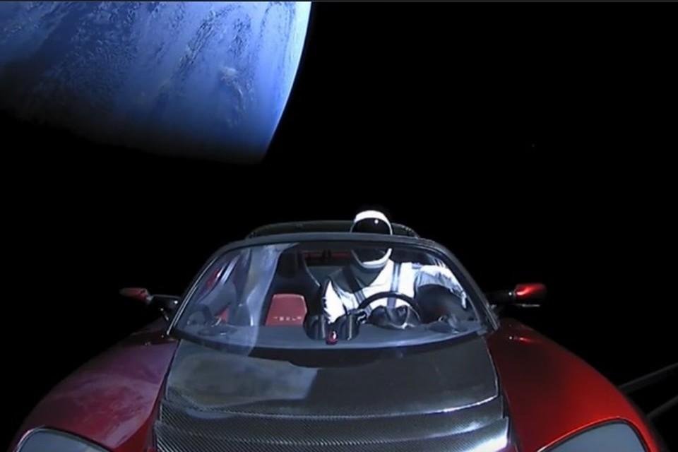 По орбите родстер мчится с перигея в апогей, там Стармэн сидит - пристегнут первый в космосе шофер.