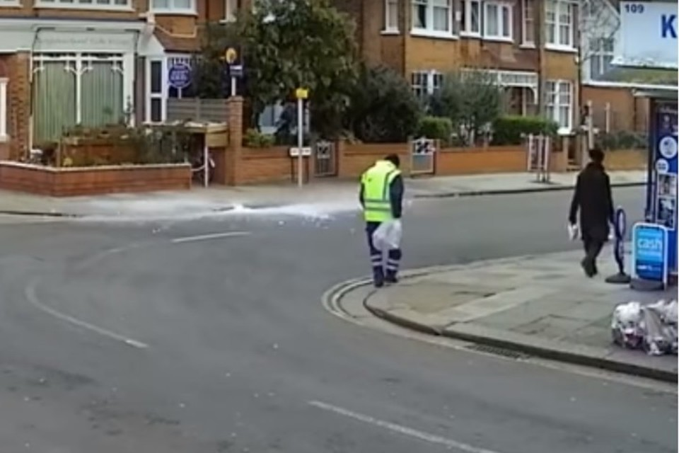В Великобритании дворник чудом спасся от упавшей с самолета глыбы льда