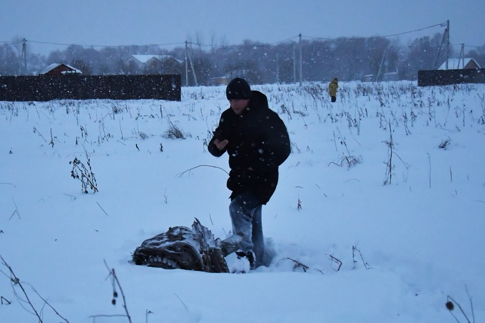 Местный житель возле обломка рухнувшего самолета