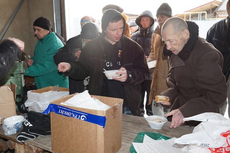 Многие бездомные без помощи добровольцев оказались бы на пороге голодной смерти Фото из личного архива Юрия ПОТАПЕНКО