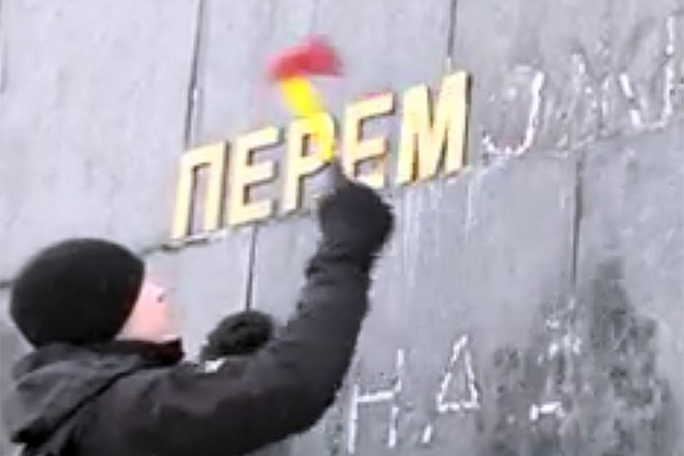 «Находка» режиссера: чтобы топоры было видно на траурном фоне мемориала, их выкрасили алым