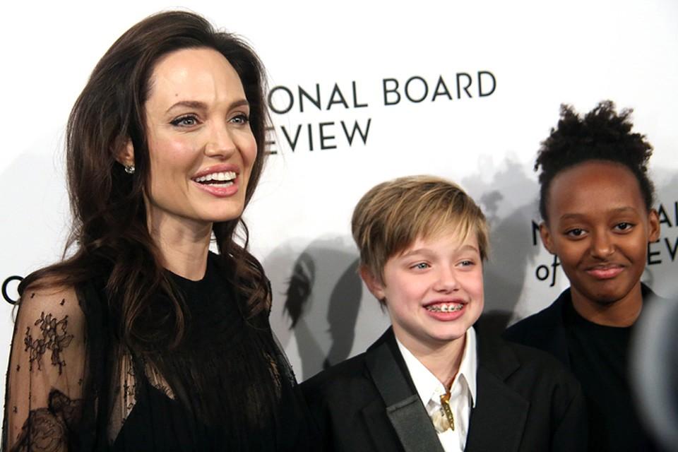Анджелина уверяет, что никогда не расстается со своими детьми - даже в ванной.