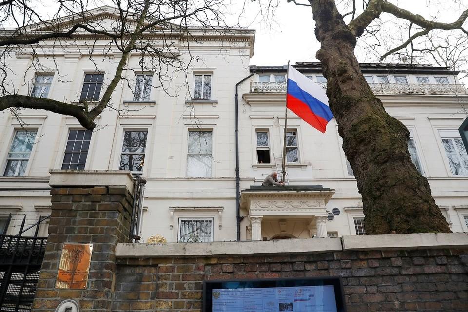 В посольстве РФ в Великобритании заявили, что решение о выдворении дипломатов негативно скажется на выдаче виз британским подданным