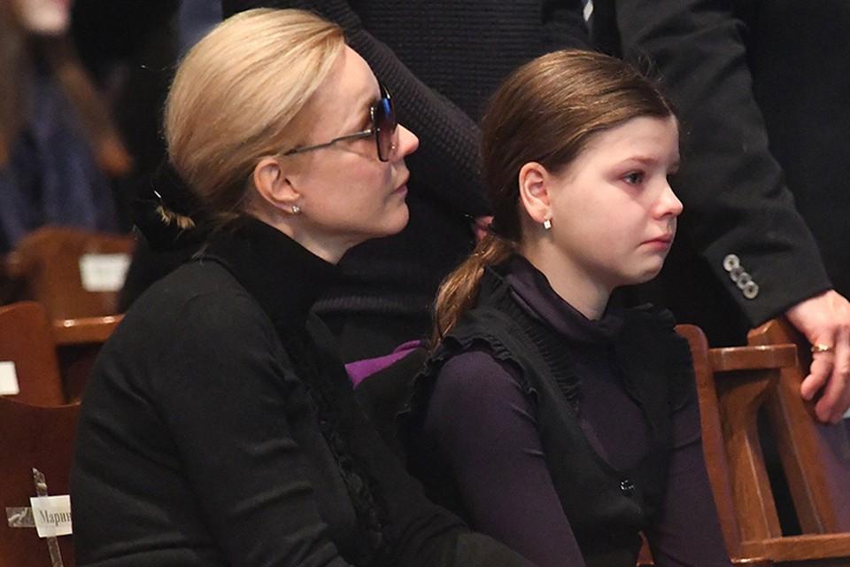 Марина Зудина с дочкой несколько часов тихо сидела у гроба, принимая соболезнования