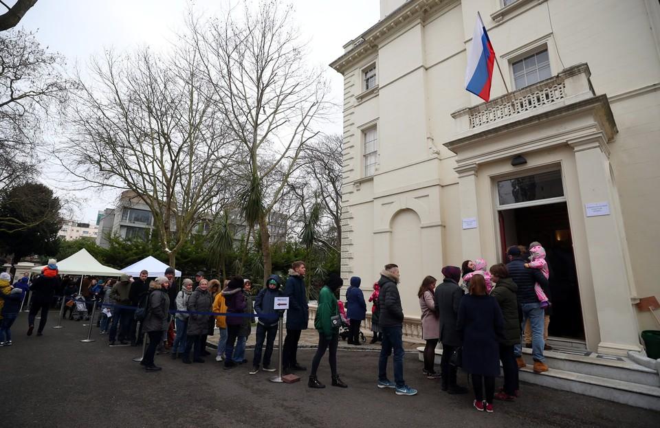 Российское консульство в Лондоне. Очередь из желающих проголосовать на выборах 18 марта.