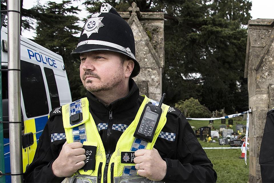 Британский полицейский в оцеплении места отравления Сергея Скрипаля.