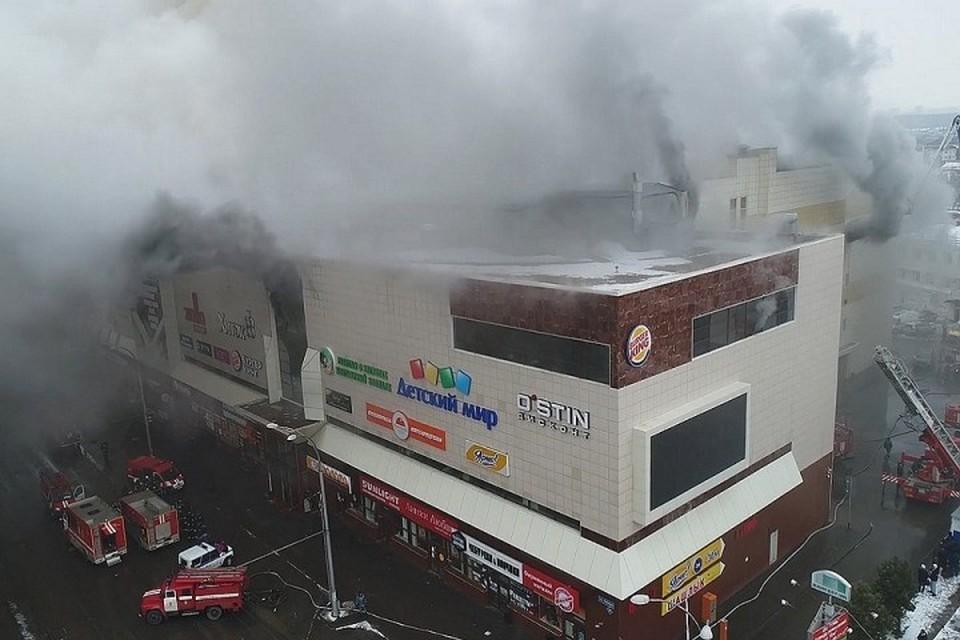 «Муж пытался прорваться в кинозал, где погибали школьники». Выжившая о пожаре в ТЦ «Зимняя вишня» в Кемерово. Фото: REUTERS