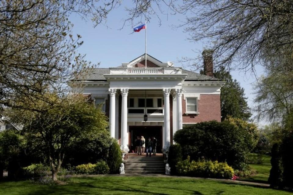 Сотрудники госдепартамента США на территории резиденции генконсула России в Сиэтле