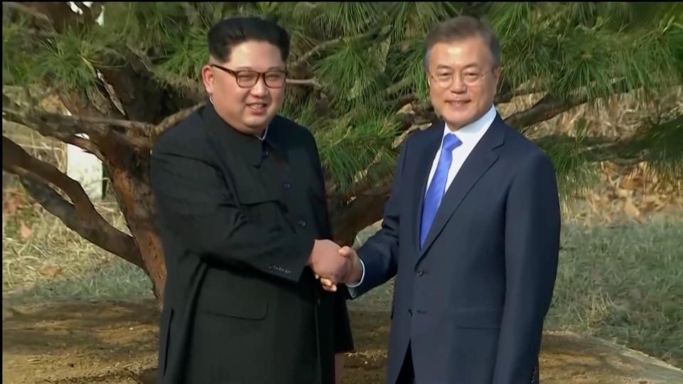 Лидеры разделенного Корейского полуострова провели переговоры в пограничном пункте