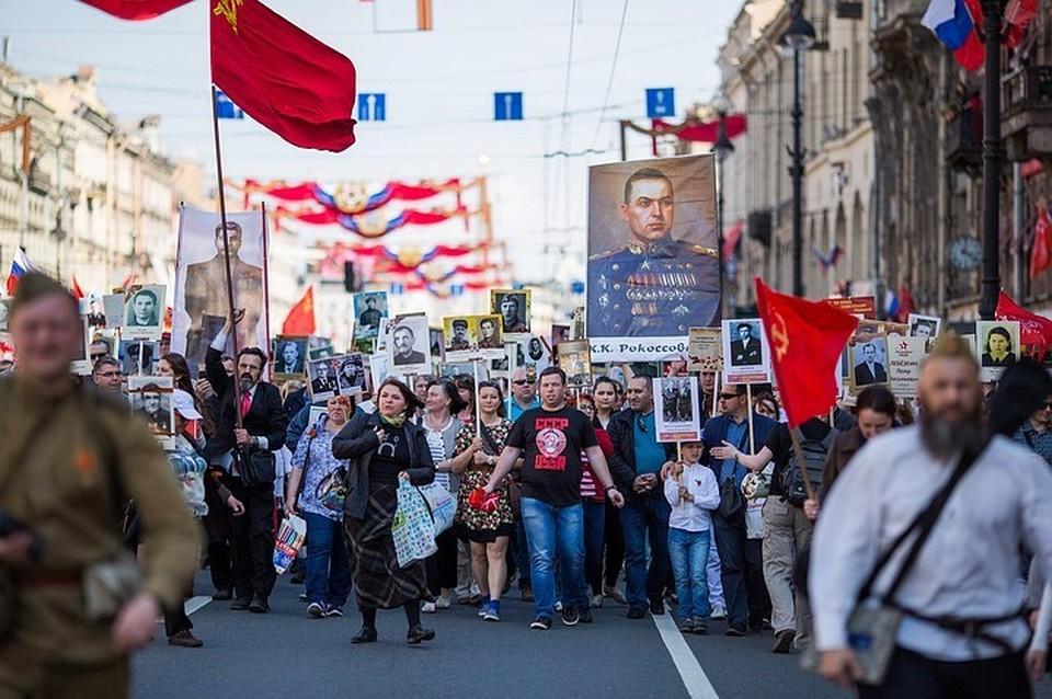 В прошлом году в Бессмертном полку прошагали около 700 тысяч петербуржцев.