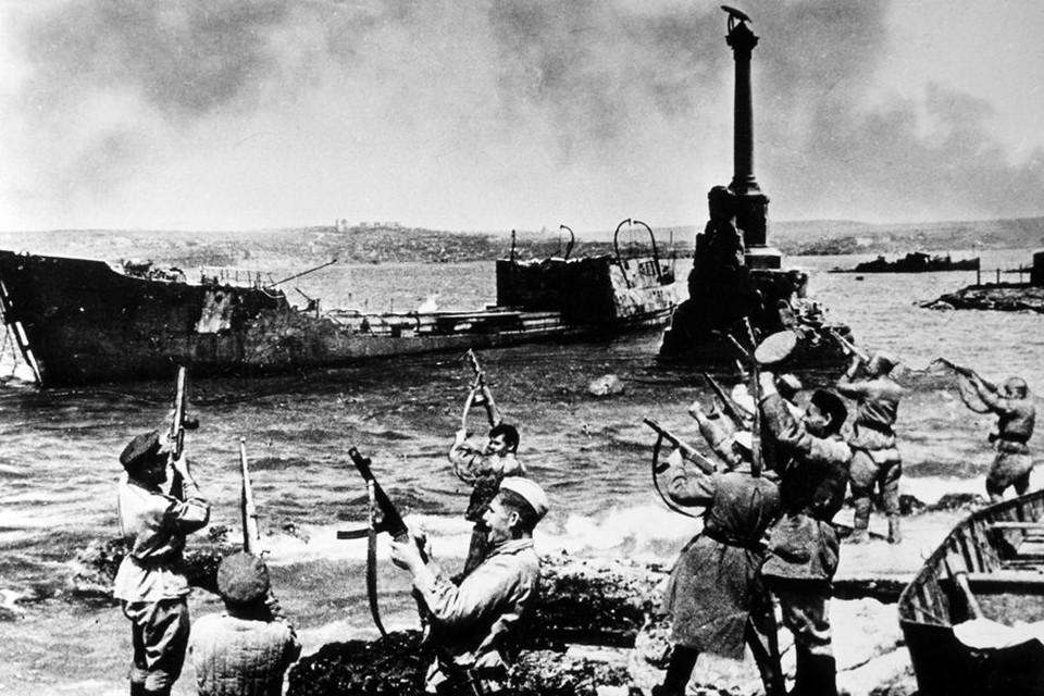 Советские солдаты празднуют освобождение Севастополя/Фото: Архив