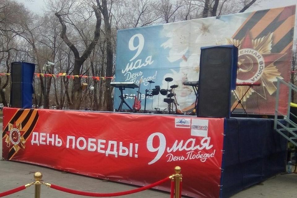 В Комсомольском сквере тюменцы лакомятся солдатской кашей и рассматривают Стену Памяти
