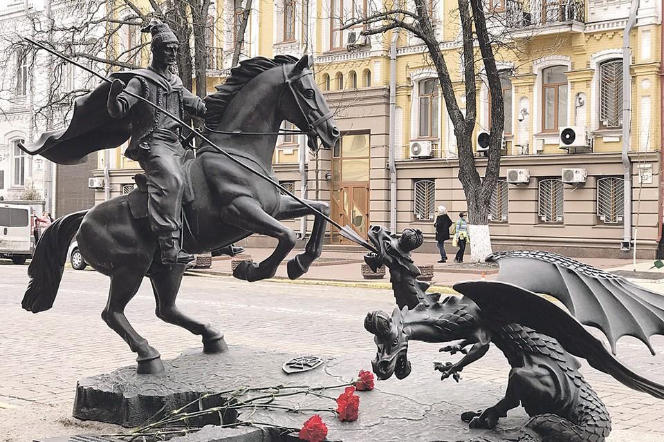 У здания СБУ не так давно появился удивительный памятник - двуглавый Змей-горыныч ползет с востока на казака с копьем, который оберегает Украину. Композиция настолько удивительна, что даже местные жители останавливаются и неподдельным интересом пытаются разгадать зашифрованные тут послания. Фото: Мария ОРЛОВА