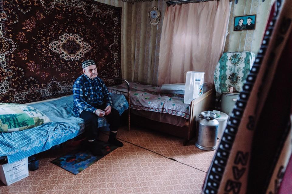 Магруфу Бакиеву в июле будет 92 года и жить здесь, на болоте, для него очень затруднительно