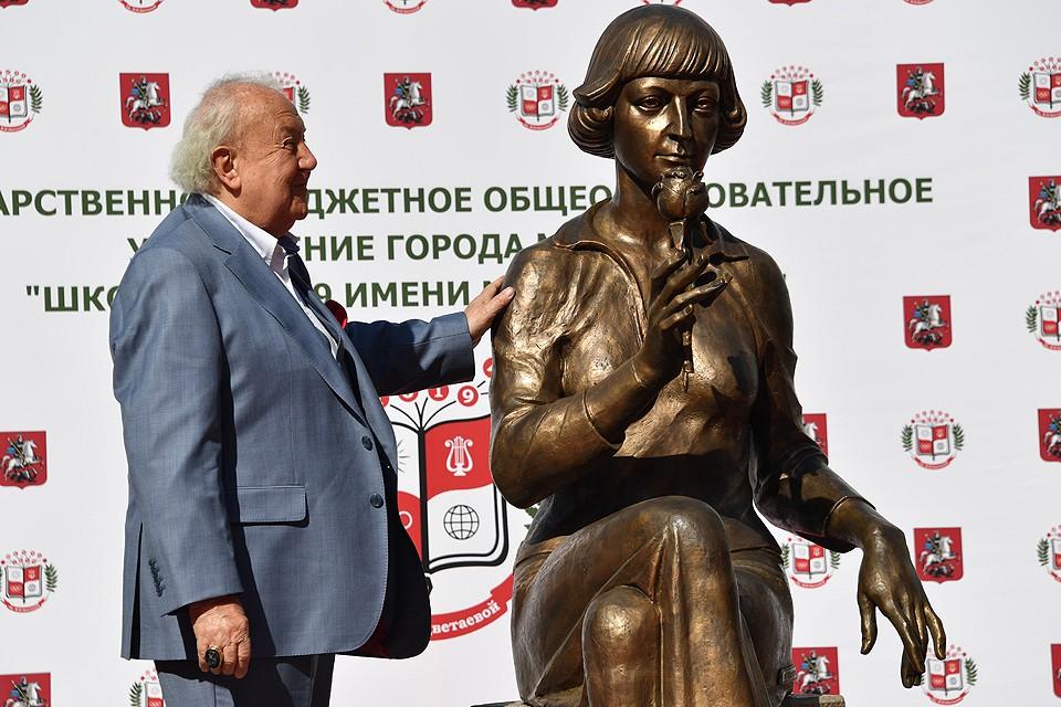 Скульптор Зураб Церетели и памятник Марине Цветаевой его авторства.