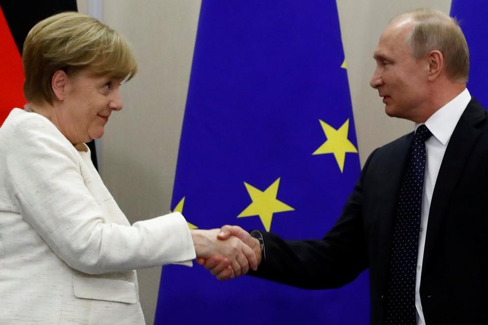 Ангела Меркель и Владимир Путин во время пресс-конференции по итогам переговоров в Сочи, 18 мая 2018 г.