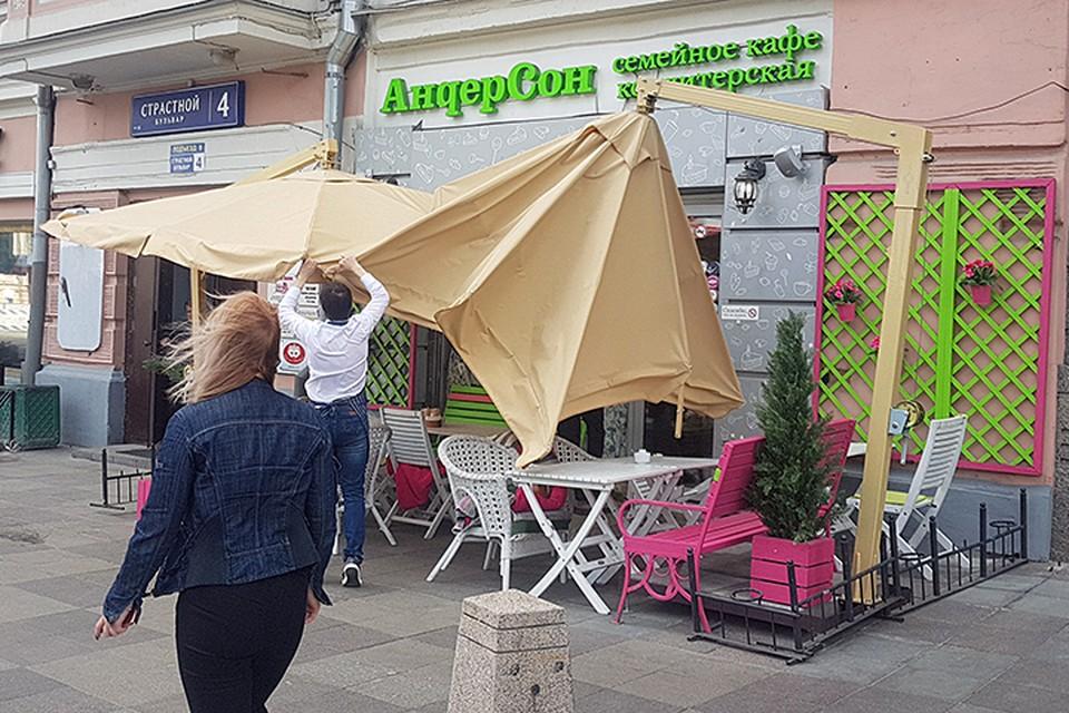Зонт сорвало на летней веранде на Страстном бульваре