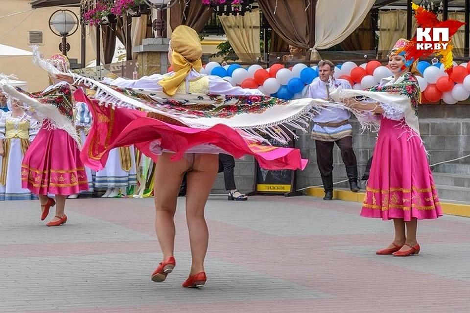 взял тряпку юбка в танце задирается меня