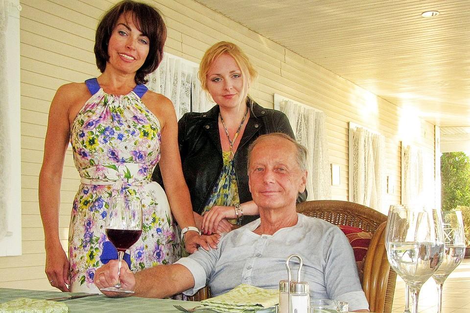 Писатель Михаил Задорнов с дочкой и супругой Еленой. Фото из личного архива