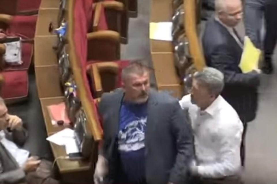 Несколько депутатов Верховной рады подбежали к своим коллегам, устроившим потасовку, и разняли их