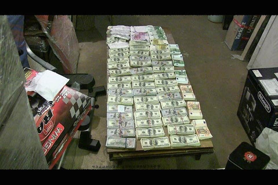 """В тайнике директора """"Белмедтехники"""" нашли впечатляющую сумму. Фото: скриншот видео КГБ"""