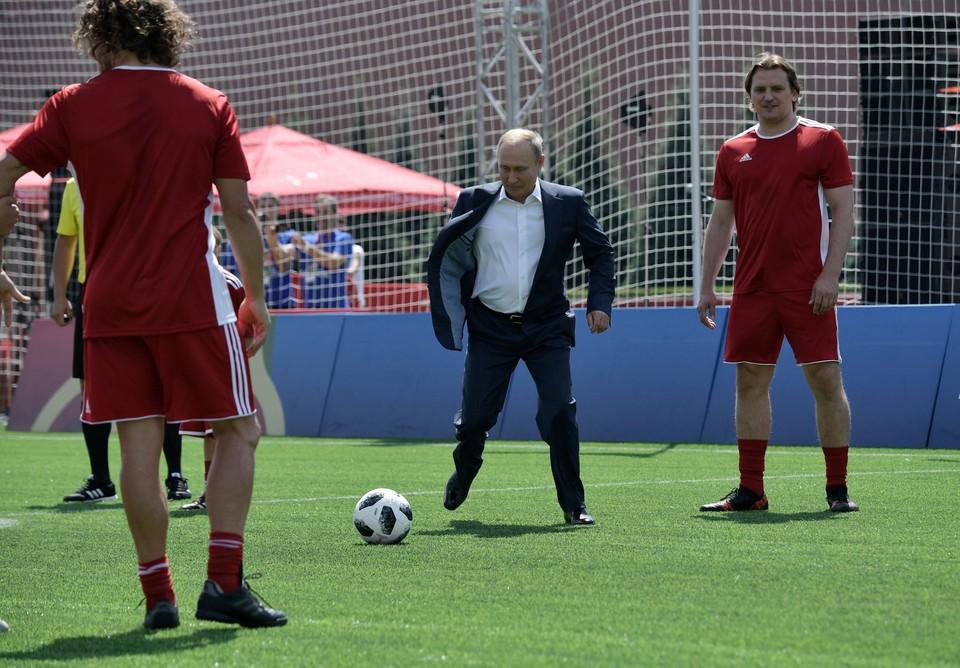 Владимир Путин во время посещения парка футбола на Красной площади 28 июня 2018 года