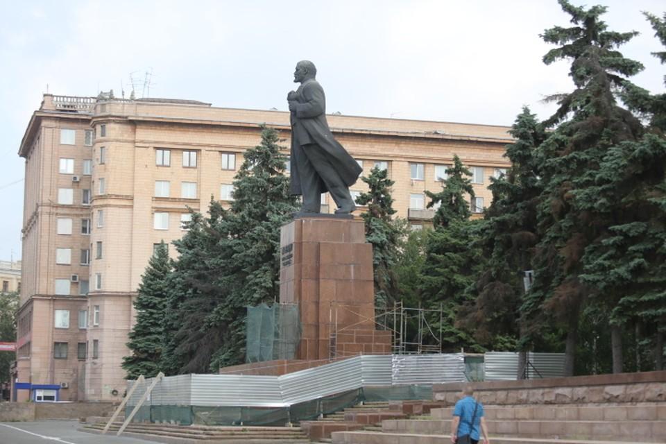Ленина обнесли забором.