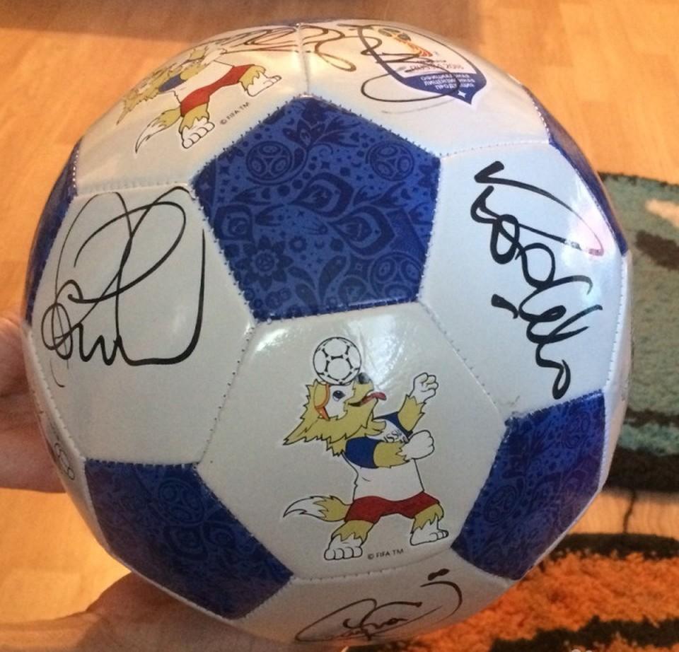 Фото мяча с автографами на сайте Avito.