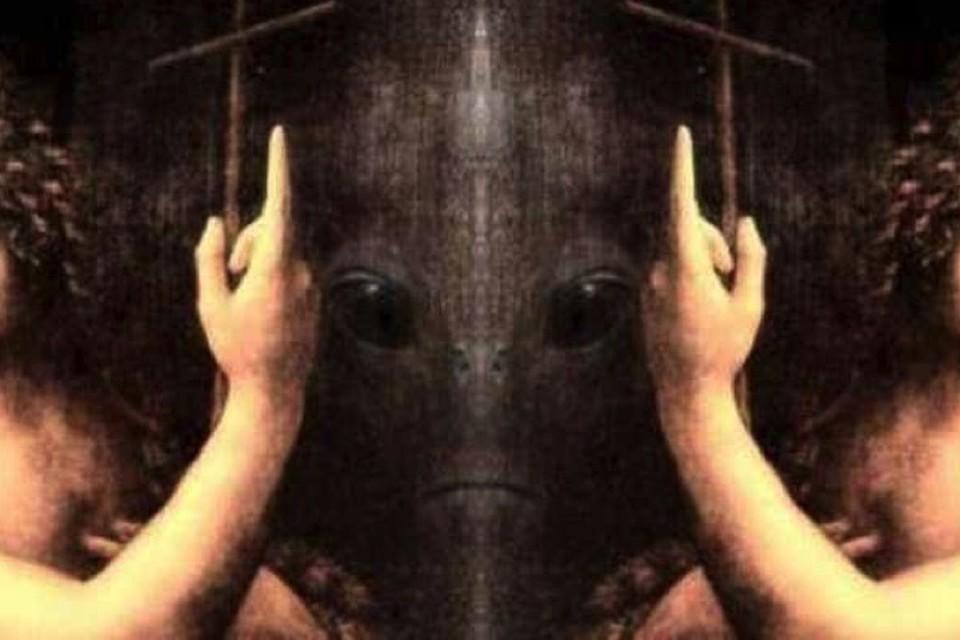 Между двумя пальцами вылитый инопланетянин.