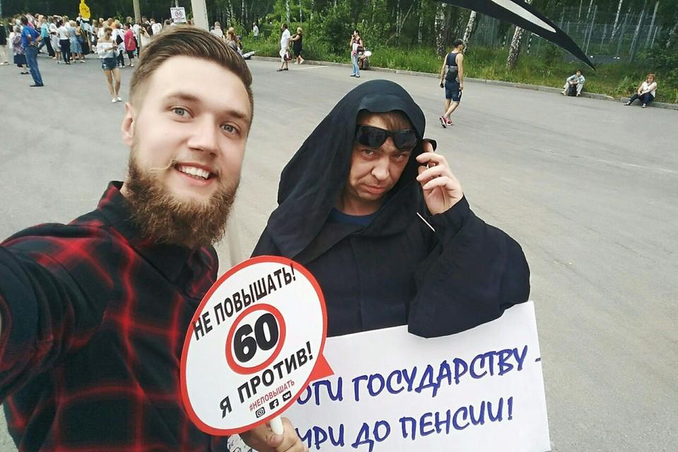 Южноуралец в костюме Смерти был очень мрачен, в отличие от других участников митинга и журналистов.