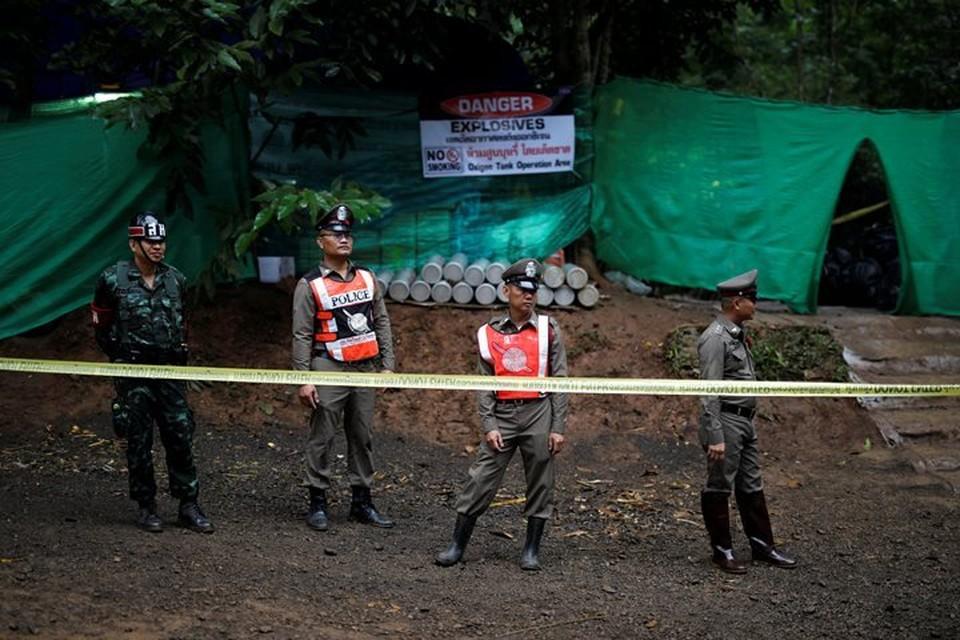В воскресенье в Таиланде началась операция по спасению детей из затопленной пещеры