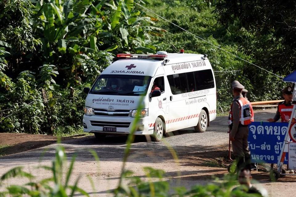 По некоторым данным, машина с еще одним спасенным из затопленной пещеры ребенком отъехала от места происшествия