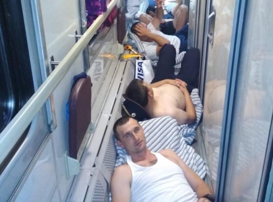 """Полицейские лежат на проходе в вагоне поезда. Фото: """"ЧП Сочи"""""""