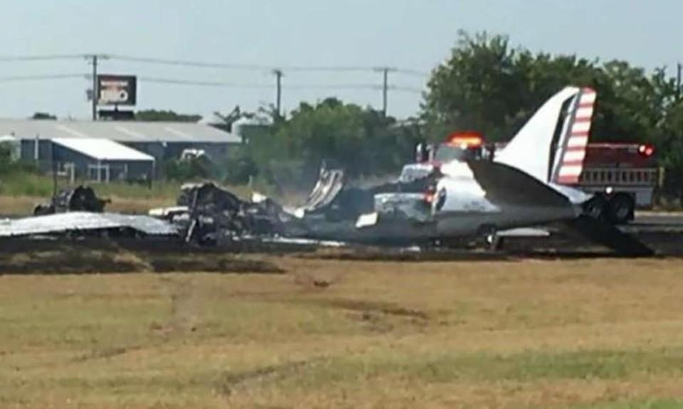 Небольшой пассажирский самолет разбился в Техасе на взлетно-посадочной полосе