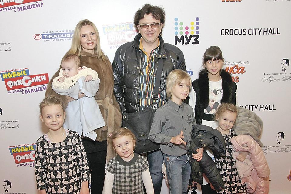 Рома Жуков с семьей во время одного из выходов в свет. Декабрь 2015 года.