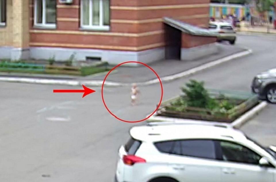 На видео можно наблюдать, как ребенок в одном памперсе бежит по двору. Фото Вологда.рф
