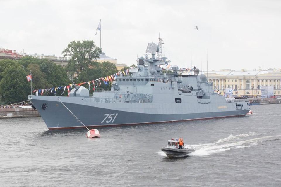 Сторожевой корабль «Адмирал Эссен» во время военно-морского парада в честь 320-й годовщины образования Военно-морского флота России