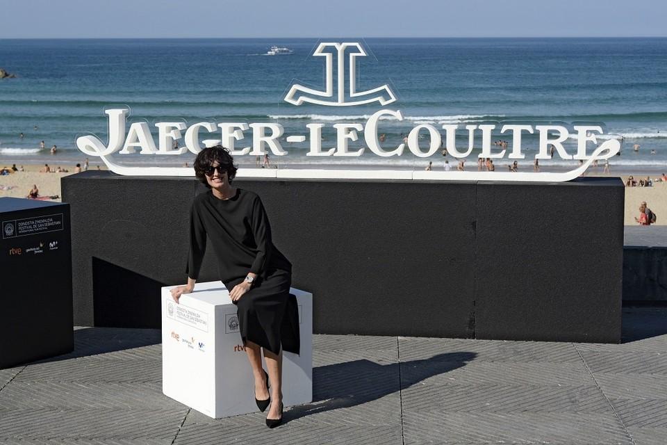 Актриса Пас Вега на фоне логотипа часовой компании Jaeger-LeCoultre