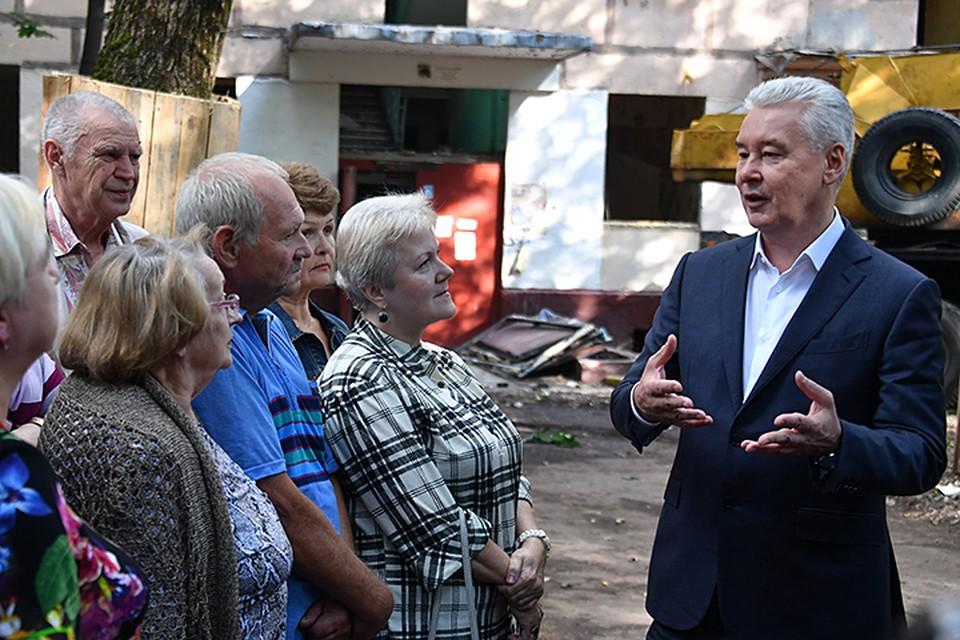 Сергей Собянин осмотрел работы по сносу первого дома реновации