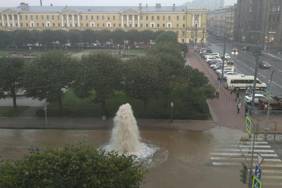 """В семь утра фонтан еще красовался. Фото: zellbl4 zzz, """"ДТП и ЧП"""" ВКонтакте"""