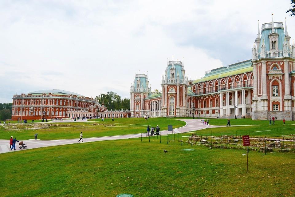 Авторы рейтинга советуют туристам обязательно насладится колоритом парков Царицино и Коломенское