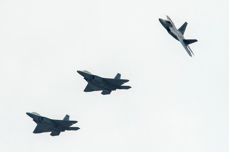 Американские истребители F-22 Raptors and T-38 Talons