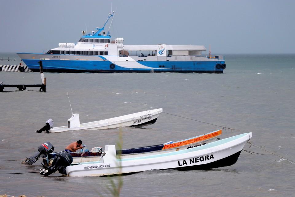 """Люди выталкивают лодки из моря при приближении к Канкуну (Мексика) шторма """"Майкл"""""""