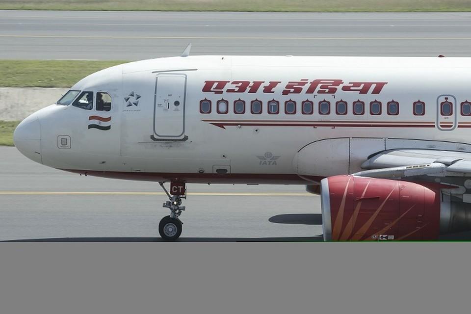 В Индии самолет задел стену при взлете