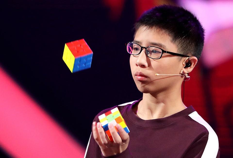 Одним из финалистов стал китайский жонглер Цюэ Цзяньюй. Фото - канал «Россия».