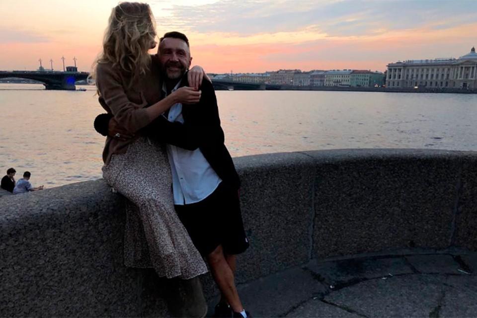 Сергей Шнуров выложил в инстаграм первое совместное фото с новой женой Ольгой Абрамовой.