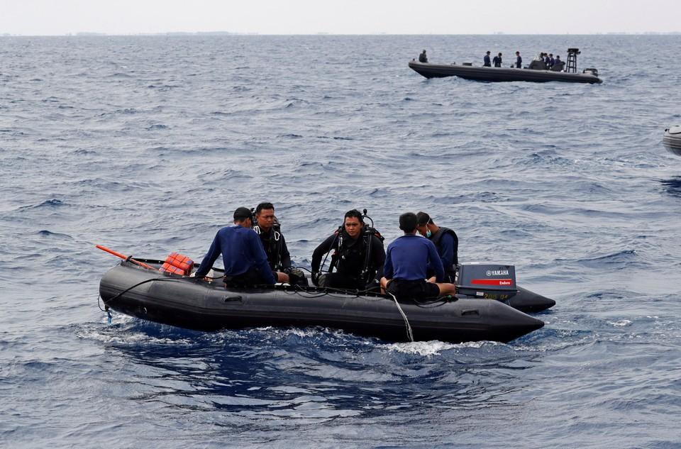 На месте крушения индонезийского боинга обнаружили десять те