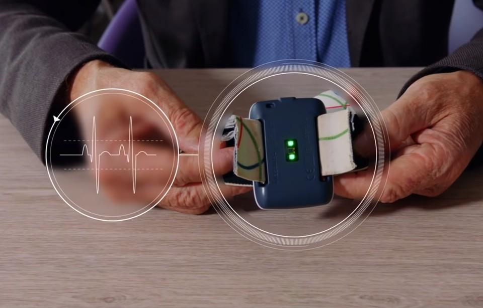 Браслет мониторит два основных параметра, характерных для начала приступа эпилепсии – беспорядочное сокращение мышц и повышенный сердечный ритм