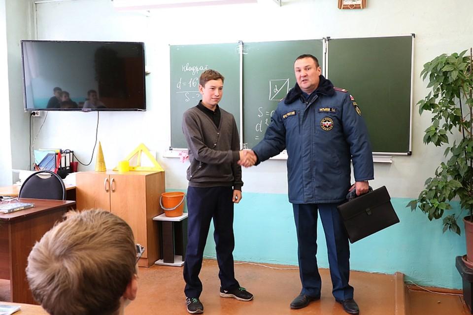 Никита Кульченко спас двух девочек из огня. Фото: ГУ МЧС по Хакасии